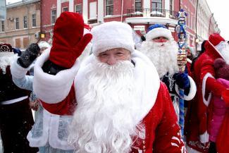 «Какой же из них настоящий?»: в Казани прошел парад Дедов Морозов