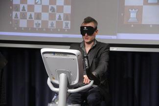 Гроссмейстер в черной маске вслепую обыграл в Казани двух КМС по шахматам, но проиграл любителю