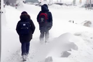 Не ходите, дети, в школу: мэр Москвы в «снегопад века» позаботился о школярах лучше, чем мэр Казани