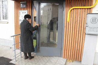В казанских пятиэтажках появились стеклянные двери «от Шувалова»