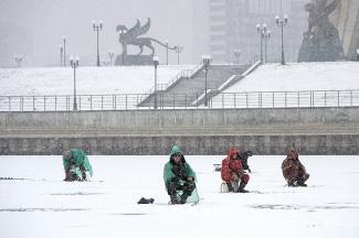 «Ящик стоит, бур лежит, а человека нет»: бесстрашные любители зимней рыбалки оккупировали Казанку