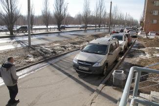 В Казани незрячие супруги требуют у гаишников очистить тротуар от «Тойот» и «Лексусов»