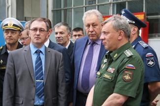 Николай Савицких в центре(фото tupolev.ru)