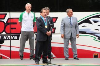 Зинэтула Билялетдинов подарил экс-президенту «Ак Барса» свою золотую медаль