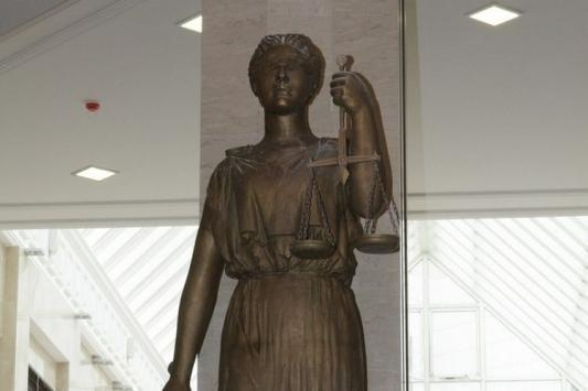 """""""Дверь позора"""" привела в суд"""