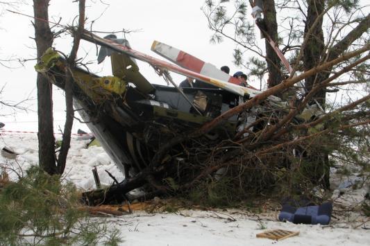 После падения на землю машина заскользила по склону и врезалась в дерево