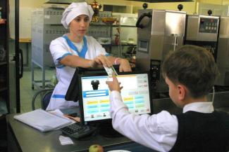 Карты, деньги, два стола: за обслуживание школьного «пластика» в Казани заплатят 61 млн рублей