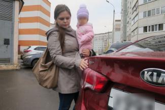 «Я боюсь!»: в Казани маме двоих детей облили кислотой автомобиль
