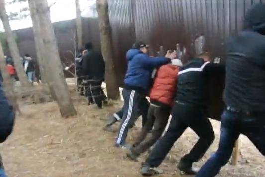 Забор на волжском берегу народ ломал голыми руками