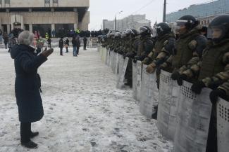 «Вы меня бить, пинать будете?»: задержанных на акции в защиту Навального казанцев свозили в ОП на «краснобусах»