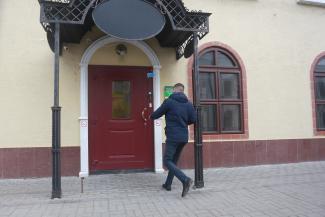 «Сказали, кредит одобрен, можно забирать»: мутная контора в центре Казани продолжает дурить простаков от имени известного банка