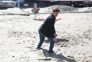 «Вот такое безобразие сотворили!»: на детской площадке в казанском дворе людей засасывают «зыбучие пески»