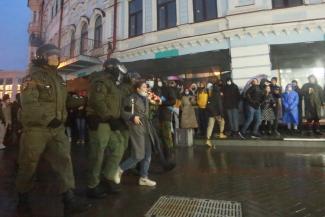 «В вузе говорили, что это плохо кончится, но я не боюсь»: акция в поддержку Навального в Казани началась с раздачи цветов, а закончилась жестким «винтиловом»