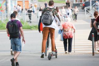 Стоять, бояться!.. Пешеходы в Казани ждут, когда власти найдут управу на электросамокаты