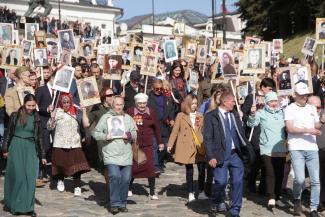 «Бессмертный полк» в Казани: рекордная явка, незрячие участники и портреты Сталина