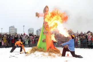 На проводах зимы в Казани ели блины со снегом и искали невесту для Емели