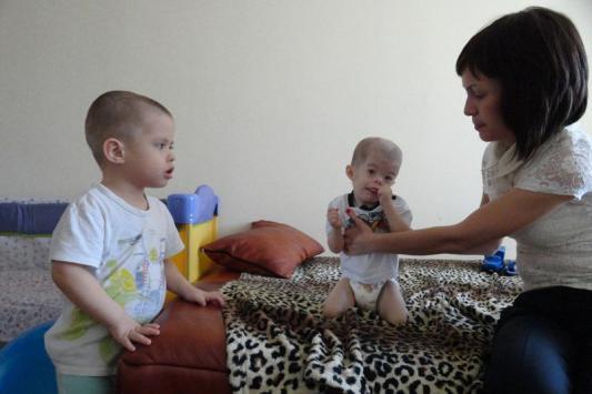 Мать двойняшек просит «не богов» о помощи