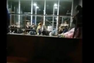 Вузам и не снилось: в Казани абитуриенты ночуют под дверями медколледжа