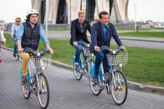 «Пока наш мэр не пересядет на велосипед, ничего не изменится»: войны велосипедистов и пешеходов на тротуарах в Казани достигли апогея