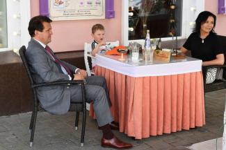 Больше двух не собираться: казанские кафе и рестораны открыли «антиковидные» летние веранды