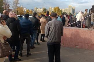 «Напишите, что мы все злые тут! Устали стоять!»: оставшиеся без QR-кодов жители Казани мучаются в гигантских очередях у МФЦ