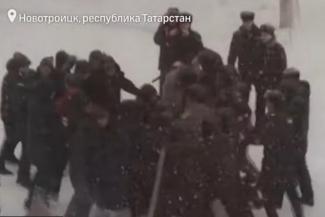 «Смотри, повязали! Пацаны у нас слабые»: в Татарстане силовики сыграли с детьми в массовые беспорядки в школьном дворе