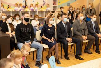 «Дяденькам можно, а родным отцам нельзя?»: казанского папу, которого Роспотребнадзор не пускает на утренники, возмутил визит чиновников мэрии в детский сад