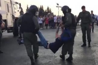 «Мы вас не боимся!»: протестующая молодежь в Казани наведалась в Кремль