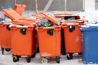 Подсчитали - прослезились: школы и детсады Казани не могут оплатить вывоз мусора, а мусорщики-реформаторы не могут отыскать полмиллиона жителей