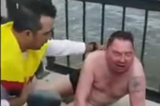 Упал, но не пропал: колумбийцы развлекаются в Казани спасением утопающих на Кремлевской набережной