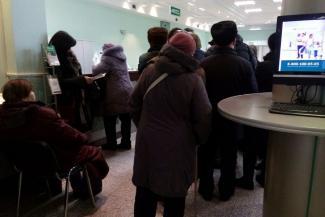 Больше 50 тысяч в одни руки не давать: казанцы ринулись за кровными в офисы Татфондбанка