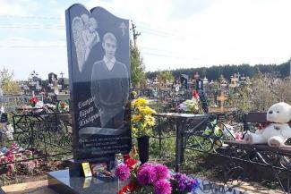 «Ребенок пошел в школу здоровым, а вернулся в гробу»: в Татарстане мама погибшего после стрельбы в классе девятиклассника требует наказать виновных