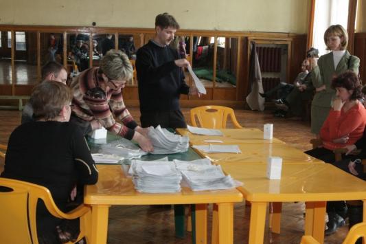 Поздно пересчитывать бюллетени, когда результаты голосования уже объявлены. На избирательном участке в Авиастроительном районе после выборов-2009 в Госсовете РТ.