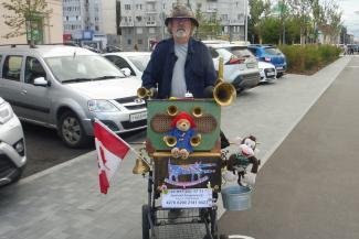 В Казани она чужестранка: известный музыкант стал на время уличным шарманщиком