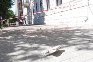 Туда не ходи, сюда ходи: с дома на улице Театральной в Казани падают кирпичи
