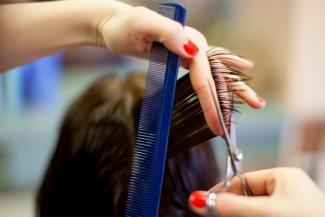Автосервисам и автолавкам в Татарстане разрешили работать, а парикмахеры пока тайком ходят по домам