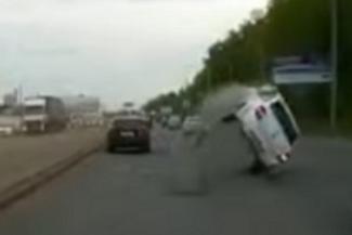 Водителей в Казани подстерегают люки-ловушки (ВИДЕО)