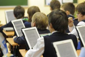 За что боролись: родителям казанских школьников вместо рабочих тетрадей придется раскошеливаться на планшеты?