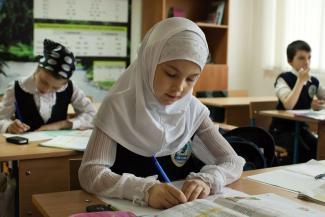 «Я тоже мусульманка, но на работу в платке не хожу»: в казанской школе разгорелись страсти по хиджабу