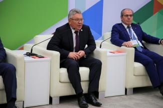 Рафис Бурганов готовит чак-чак для министров-иностранцев, которые приедут в Казань на WorldSkills