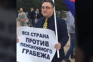 Учитель-бунтарь из Татарстана, который воевал с портретами Путина в школах и участвовал в митингах против пенсионной реформы, требует восстановить его на работе