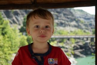 «Он даже не пытался тормозить»: родители сбитого на «зебре» малыша в Казани требуют отнять права у водителя «Мерседеса» и обезопасить переход, где погиб их сын