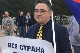 В Татарстане учителя, который воевал с портретами Путина в школах, оштрафовали за участие в митинге