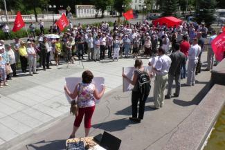 В Казани на митинге против повышения пенсионного возраста «врагов народа» Медведева и Чубайса закидали помидорами