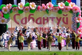«Дети уже падали в обмороки на Сабантуе, зачем рисковать?»: родители маленьких артистов в Казани боятся тепловых ударов на сцене