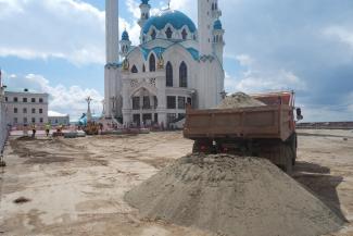 В разгар турсезона в Казанском кремле содрали брусчатку, но поставили «жральни»