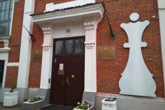 «Или я, или он»: двоюродный правнук Тукая требует уволить  директора шахматной школы в Казани