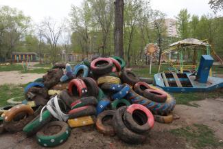 Лучше шины, чем пустота?.. Избавляясь от гадких лебедей из покрышек, казанские детсады остаются ни с чем