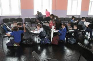 Почему школьники в Казани учатся, стоя на коленях и сидя на корточках?