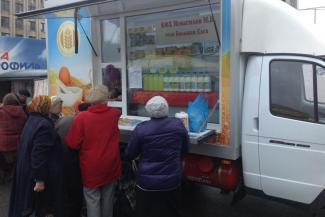 «Они же просто враги народа!»: в Казани чиновники кошмарят штрафами фермеров, торгующих с автолавки дешевым молоком